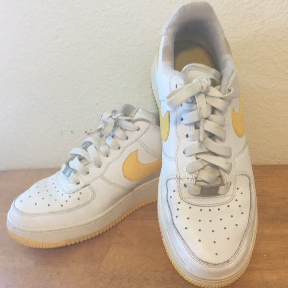 Zapatos Nike Amarillo Af1 82 Blanco Con Amarillo Nike Swoosh Poshmark 453213